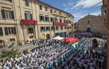 """Migliaia di studenti a Recanati e in Italia per i 200 anni de """"L'Infinito"""""""
